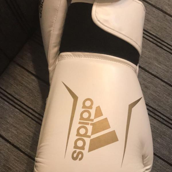Luxa de boxe branca com dourado adidas