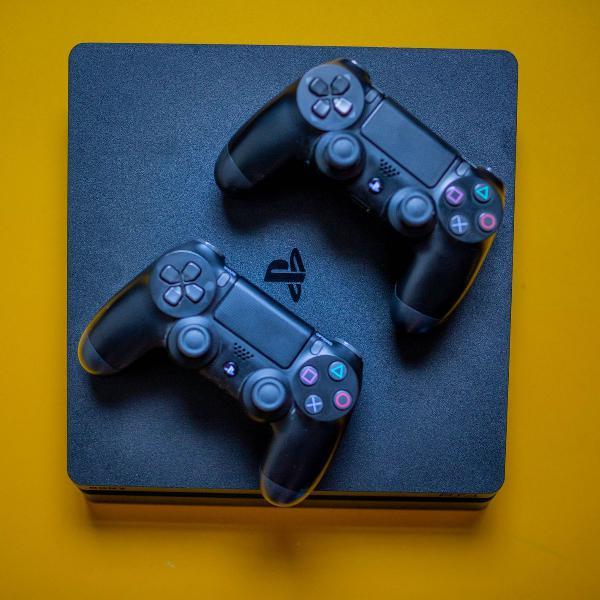 Playstation 4 + 2 jogos + 2 controles