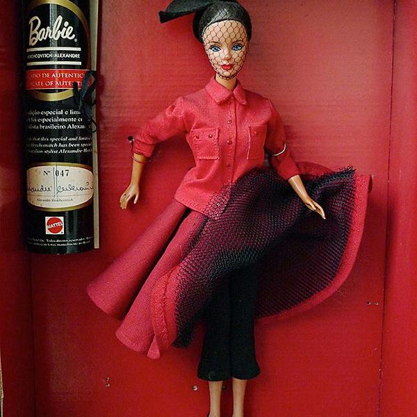 Barbie colecionavel feita pelo estilista e designer