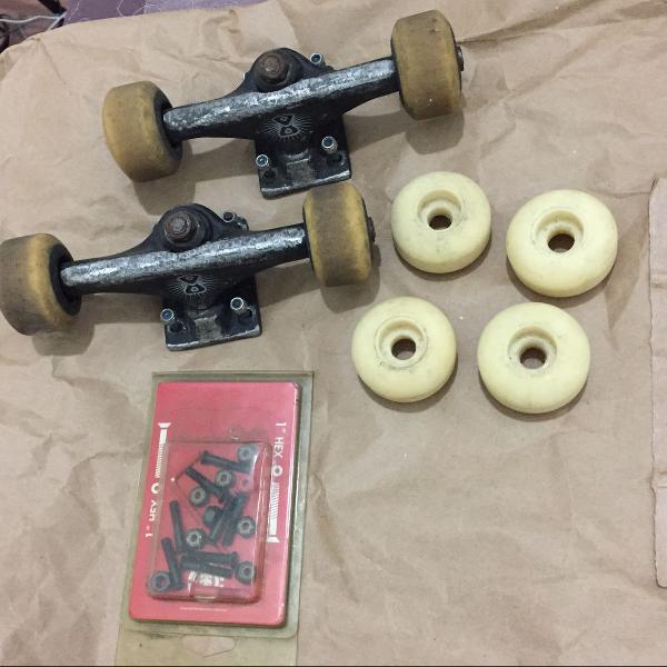 Combo skate: truck, rolamento, rodas e parafusos de base