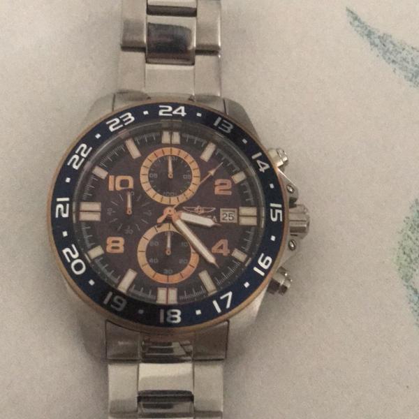 Relógio invicta prata com detalhes em azul e dourado modelo