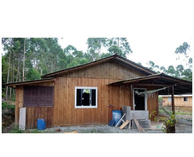 Sítio de 1500m² com casa de madeira. Aceito 90% em permuta