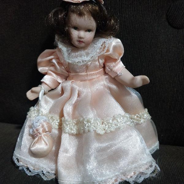Boneca mini de porcelana
