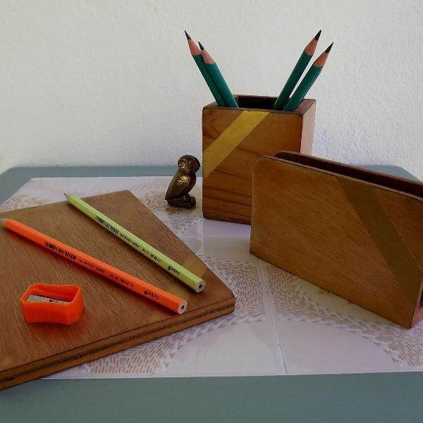 Conjunto de mesa antigo de madeira.