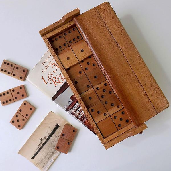 Jogo de dominó de madeira estilo retrô.