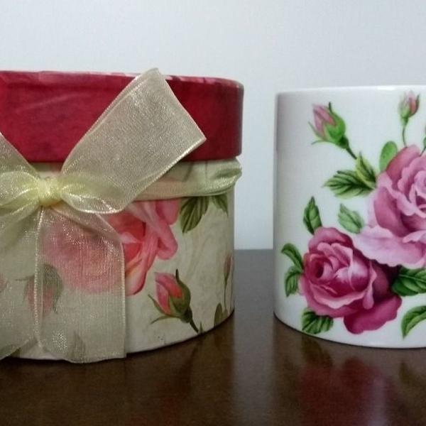 Presente caneca com caixa e estampa floral