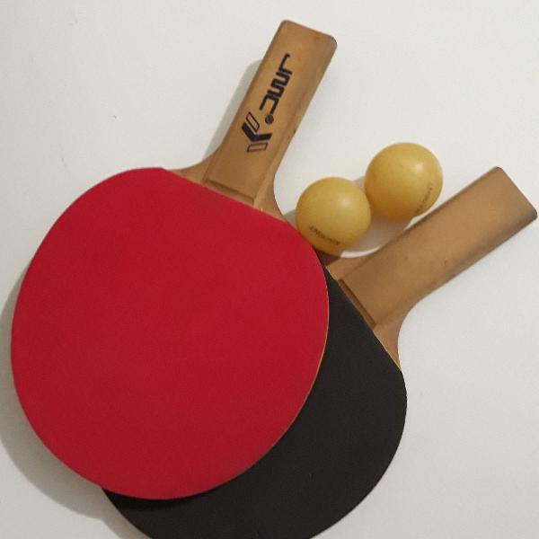 Raquetes de ping pong com oito bolinhas