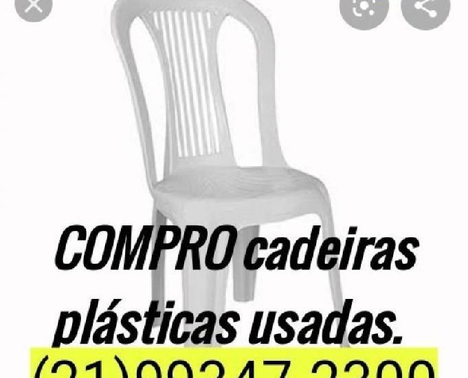 Cadeiras plásticas usadas.