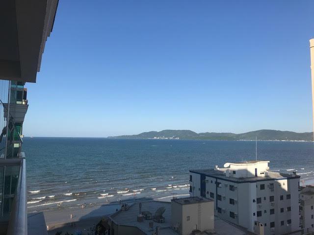 Apartamento a 50 metros da praia, 3 suítes em meia praia -