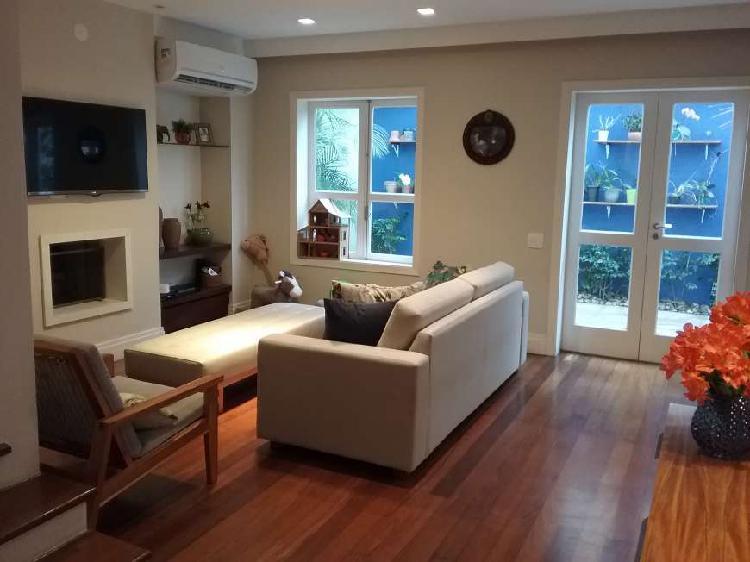 Casa em condomínio com sótão, reformada e co muito bom