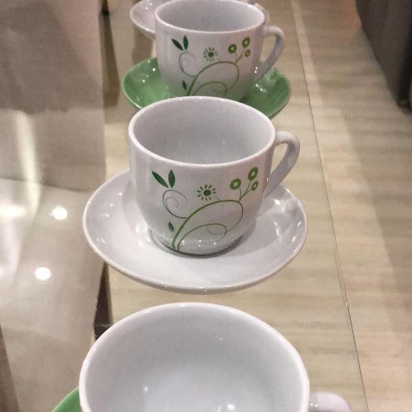 Conjunto de 4 xícaras com pires, branca e verde,detalhe de