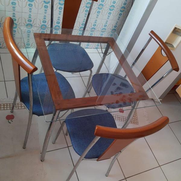 Mesa copa/cozinha + quatro cadeiras
