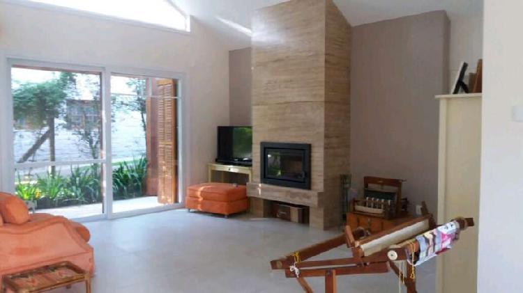 Tima casa de condomínio fechado possui 232m² 3