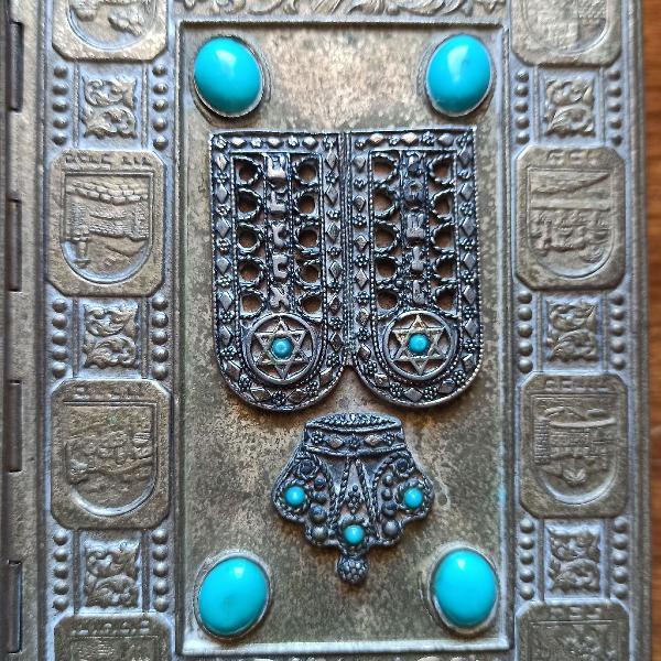 Biblia raridade, hebreu e ingles, capa toda em latão,alto