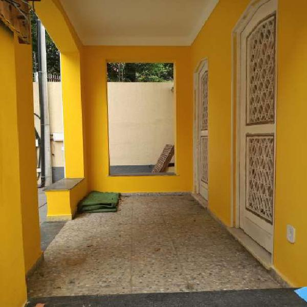 Casa frente de rua , 03 dormitórios , varanda e vaga