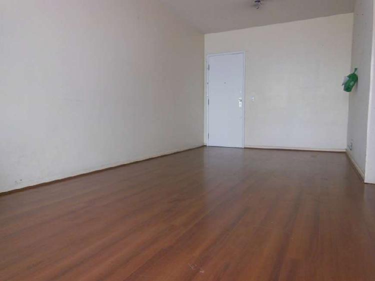 Amplo apartamento, dois dormitórios com dependência e 1