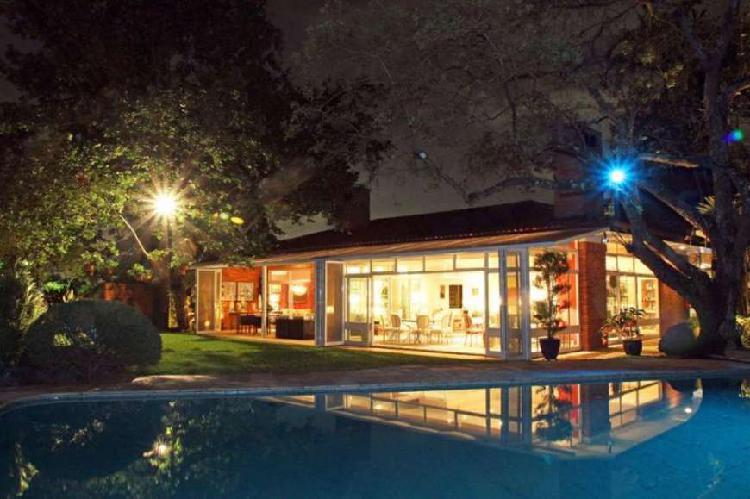 Casa para venda tem 800 metros quadrados com 5 quartos em