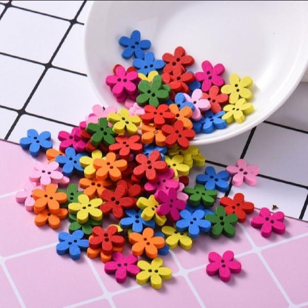 50 botões de madeira em formato de flor em cores sortidas
