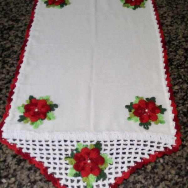 Caminho de mesa artesanal em tecido e crochê