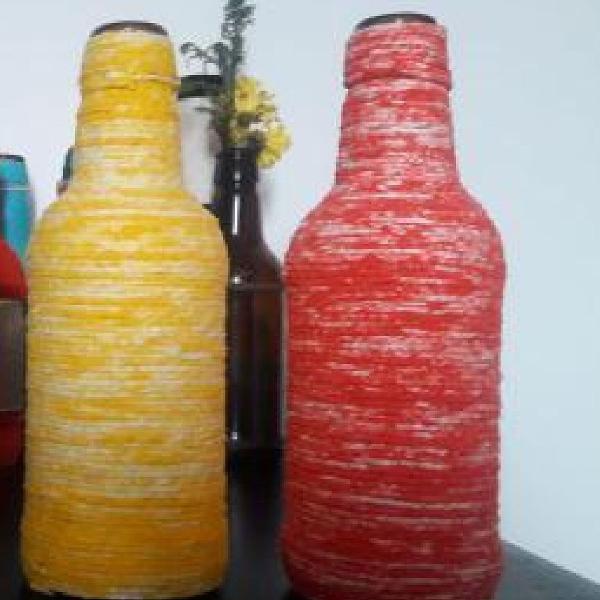 Garrafas decoradas amarela e vermelha