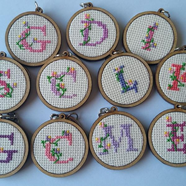 Lindos chaveiros personalizados bordados em ponto cruz