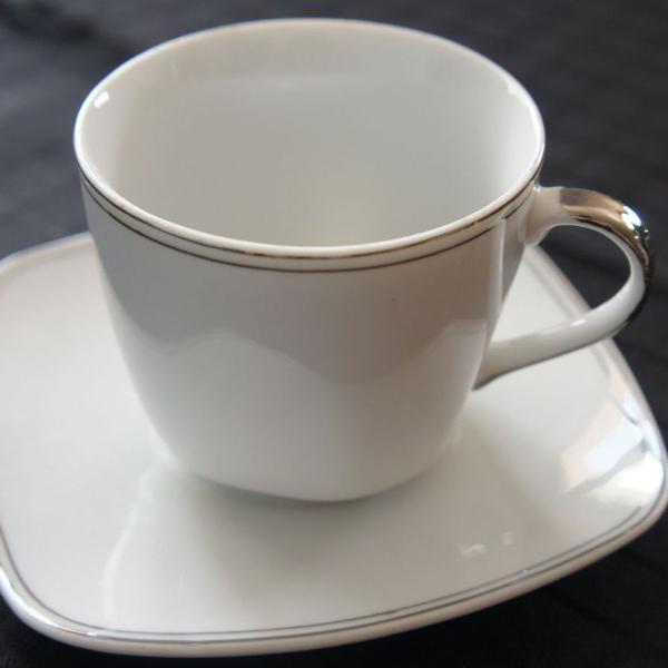 Xícara chá com filetes na cor prata