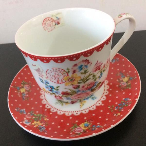 Xícara de chá floral vermelha jardim secret