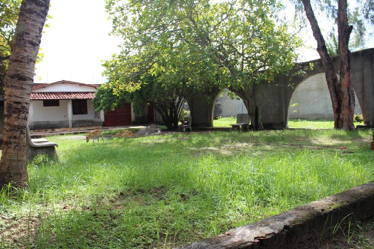 Casa pequena, com terrenos com área total de 720 m2,