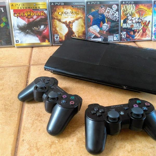 Playstation 3 ultra slim + 2 controles + 6 jogos