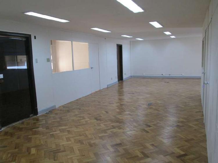 Sala 1301 - piso em madeira e teto com rebaixo