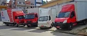 Frete transporte caminhões bau com plataforma elevatória