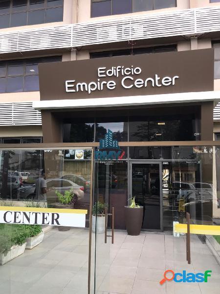 Alugo sala comercial no edifício empire center contendo copa e banheiro.