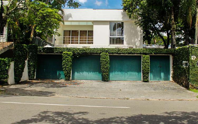 Casa para venda tem 642 metros quadrados com 4 quartos em