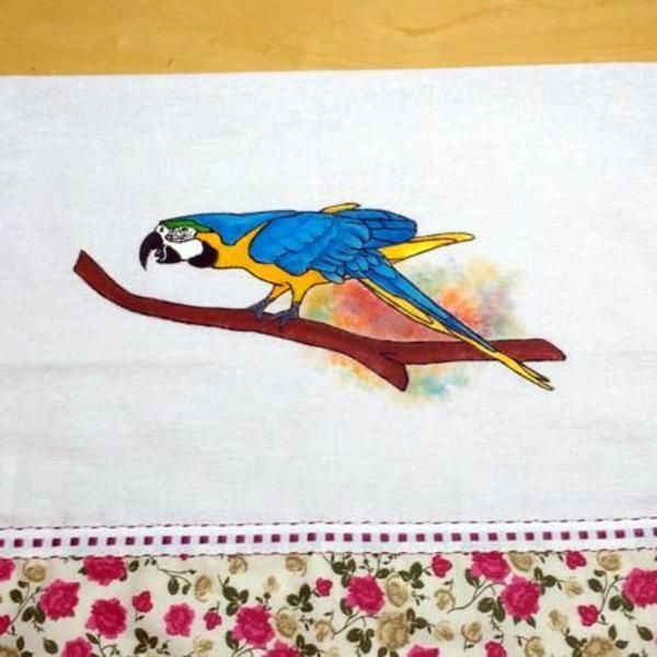 Pano de prato pintado arara azul e amarela