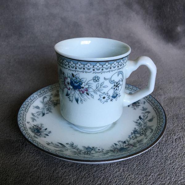 Conjunto de xícaras e pires porcelana real