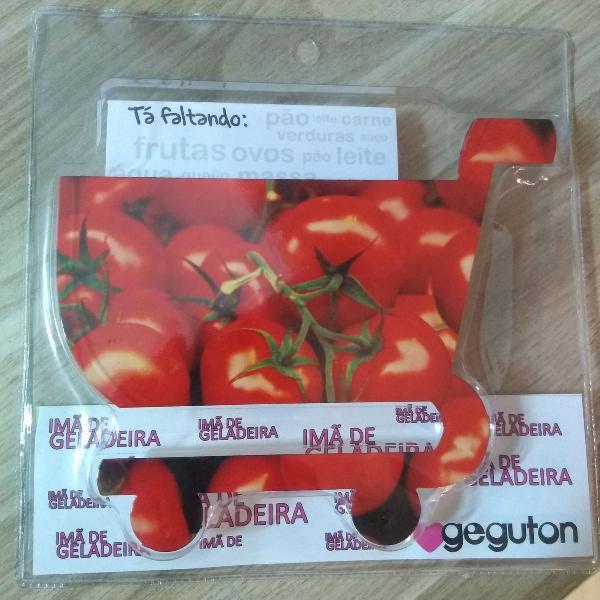 Mã de geladeira com bloquinho de notas modelo tomate.