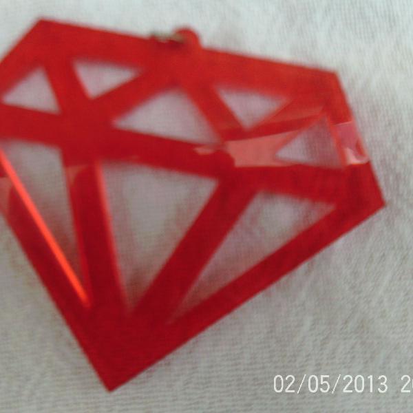 Pingente em formato de diamante