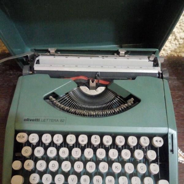 Máquina de escrever olivetti verde