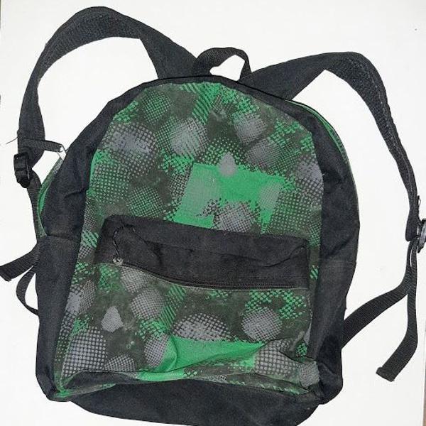 Mochila simples pequena preta verde camuflada c/ bolso