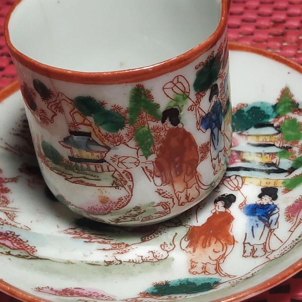 Jogo de xícaras de café e pires pintada a mão com gueixas