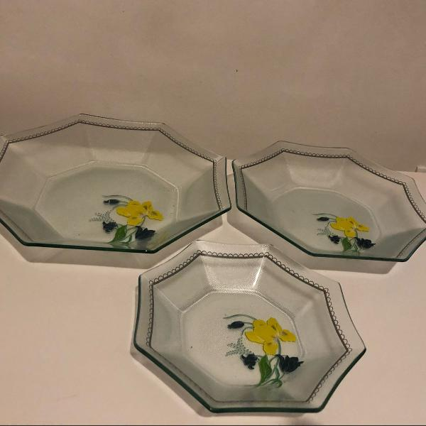 Três pratos de vidro, estampa de flor, tamanho pequeno,