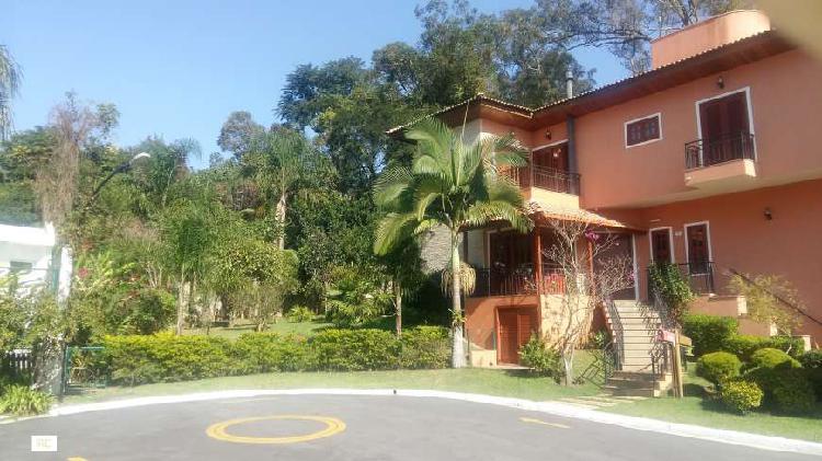 Casa de condomínio para venda possui 471 metros quadrados