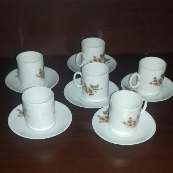 Jogo de xícaras de café em porcelana