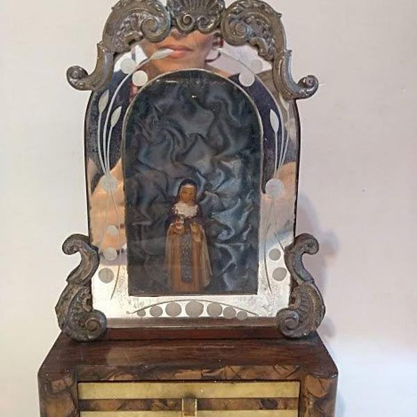 Antigo oratório centenário de capela em madeira recoberto