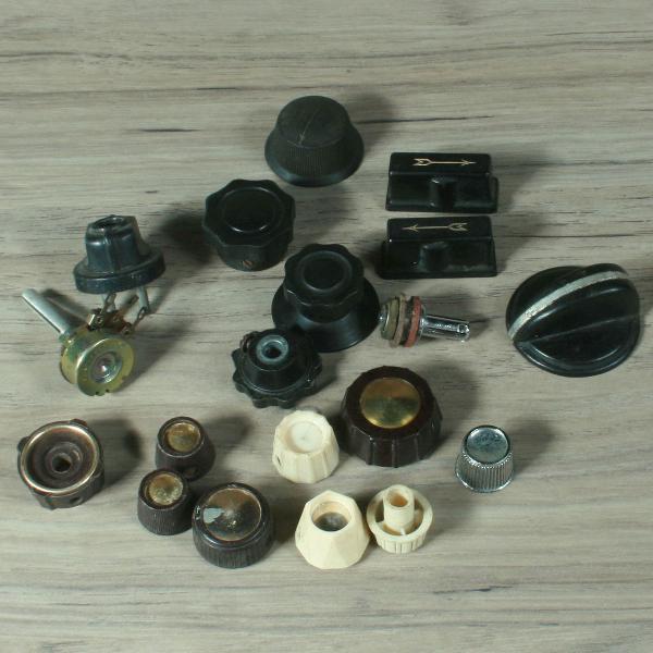 Lote com cerca de 16 botões antigos