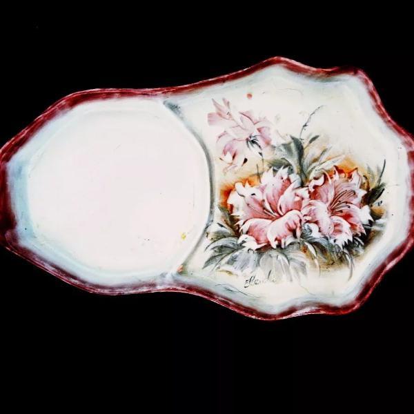 Maravilhosa bandeja em porcelana pintada a mão assinada