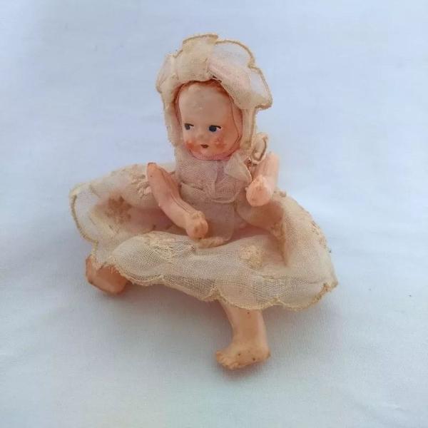 Pequena e antiga boneca de celuloide
