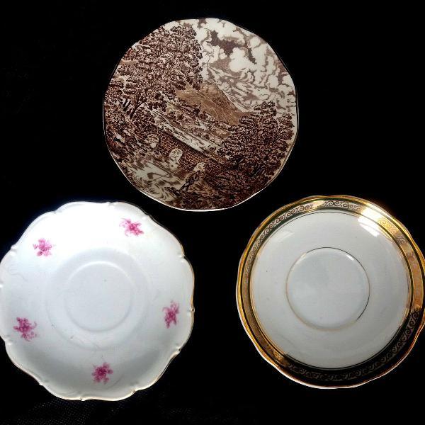 Três mini pratinhos 01 tcheco , 01 inglês e outro da real