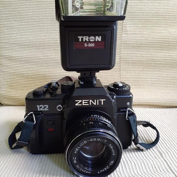 Máquina fotográfica analógica zenit 122 com flash tron