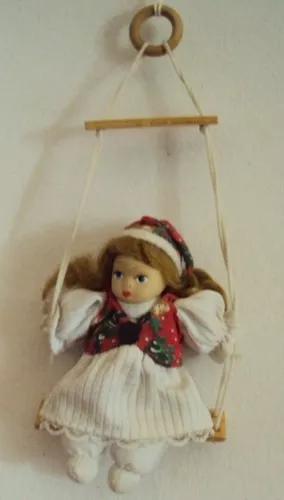 020 brq- antiga boneca no balanço- porcelana e pano- 14 cm